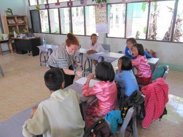 des missions d'enseignement plutôt que dans des orphelinats
