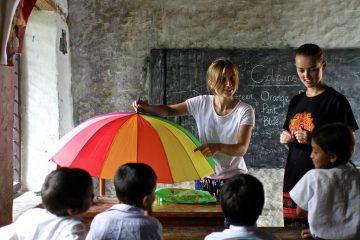 volontaires donnant un cours