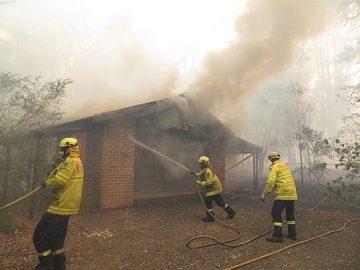 Pompiers luttant contre un feu de brousse en Australie